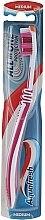 Parfumuri și produse cosmetice Periuță de dinți, duritate medie, zmeuriu cu alb - Aquafresh All In One Protection