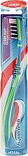 Parfumuri și produse cosmetice Periuță de dinți cu duritate medie, verde-albastră - Aquafresh Clean Deep Medium